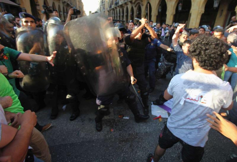 Ativistas e polícia juntos ao Parlamento (Reuters)