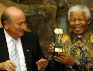 Mandela: em 2003, troféu «Mérito da FIFA», ao lado de Blatter