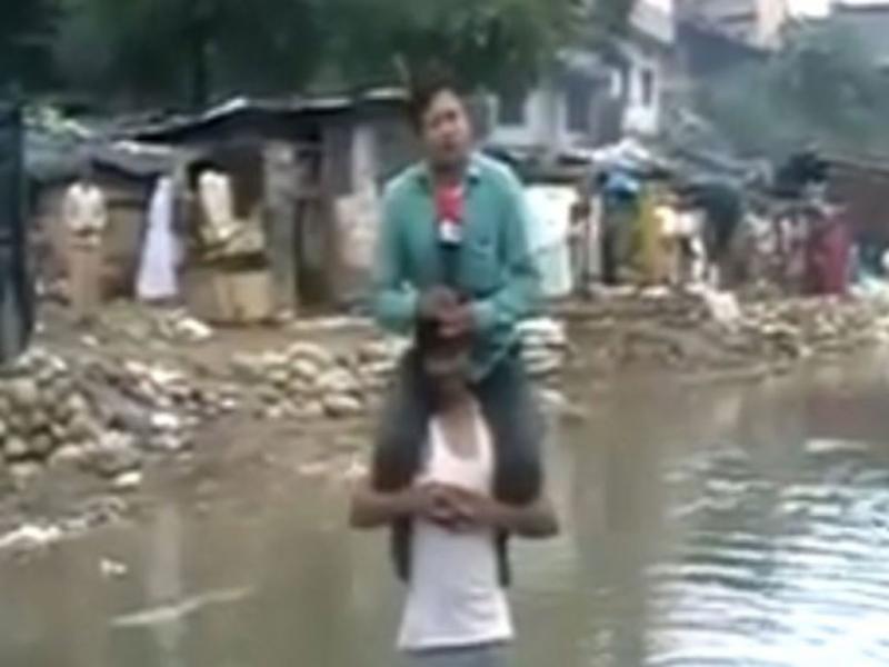 Repórter aos ombros de vítima (Reprodução/Youtube)