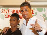 Ronaldo com Martunis na Indonésia (EPA/MADE NAGI)