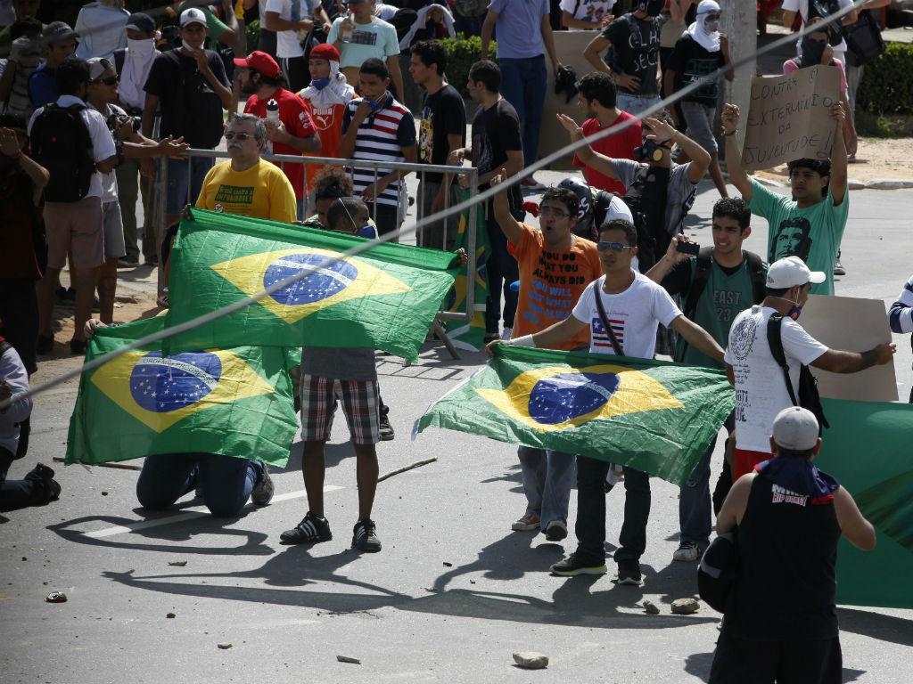 Manifestantes com bandeira do Brasil (REUTERS)