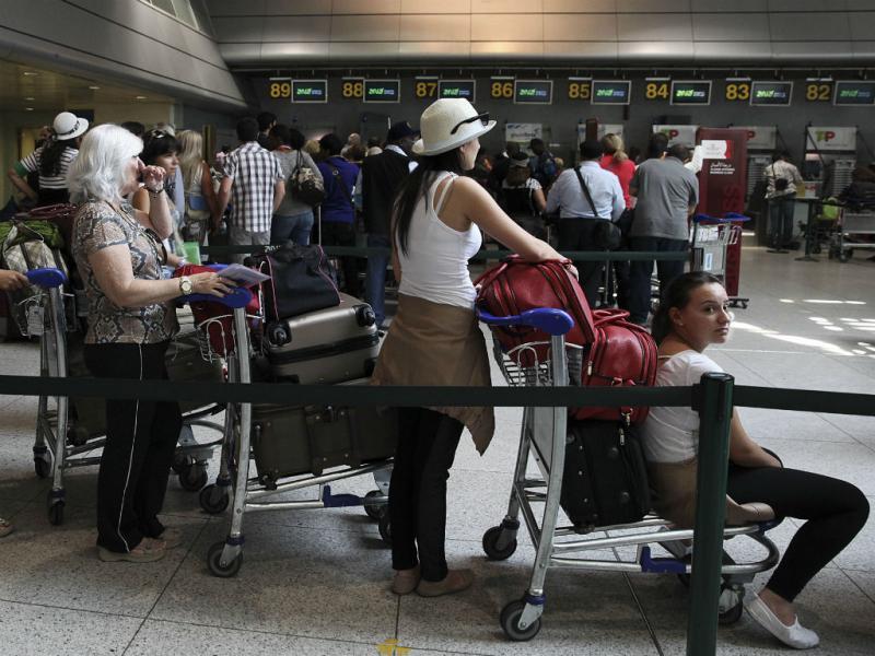 Voos cancelados deixam centenas à espera no aeroporto de Lisboa (Lusa/Tiago Petinga)