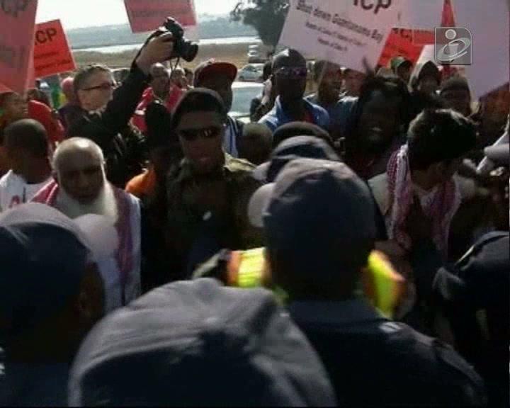 Polícia sul-africana dispersa manifestantes contra Obama
