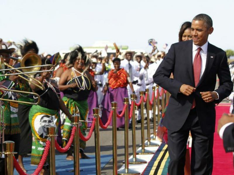 Este Presidente não resiste a um pezinho de dança (REUTERS)