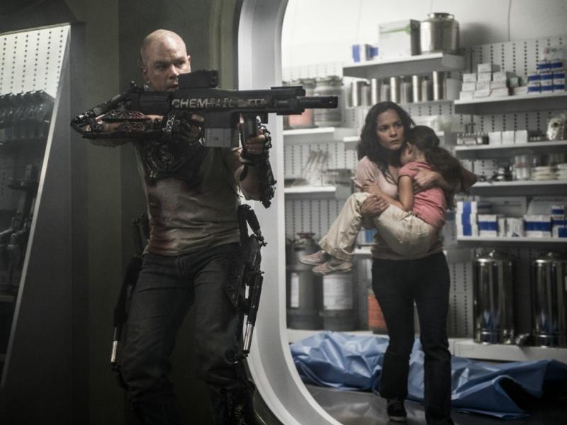 Matt Damon e Alice Braga em «Elysium»