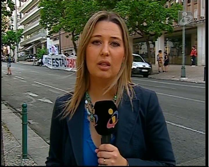 Pequeno protesto à porta da reunião entre PSD e CDS