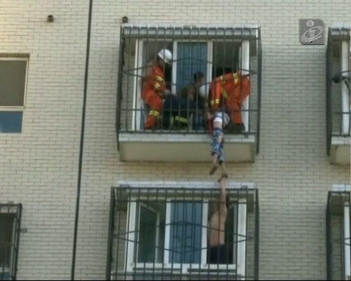 Criança fica pendurada em varanda no 6º andar