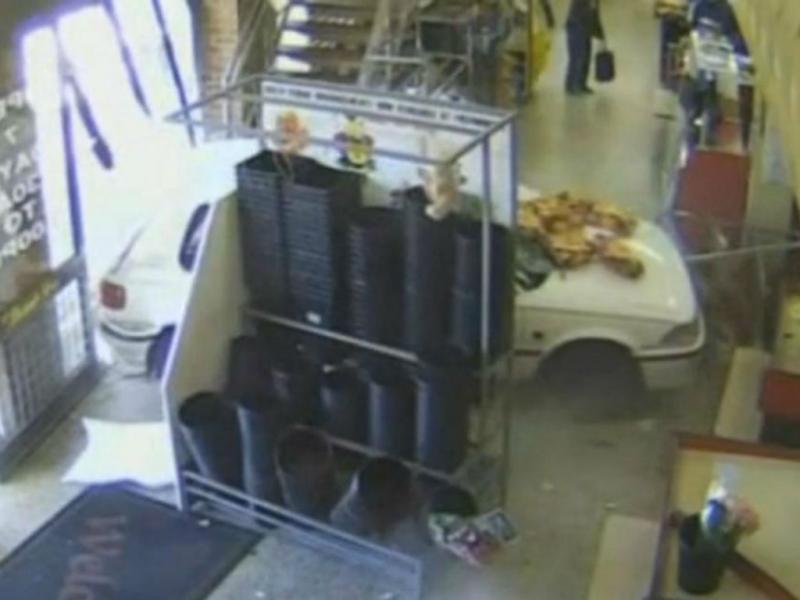 Mulher entra de carro em supermercado (Reprodução)