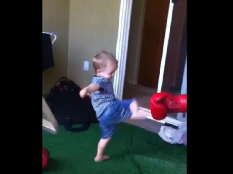 Lutador ensina artes marciais ao filho (Youtube/Reprodução)