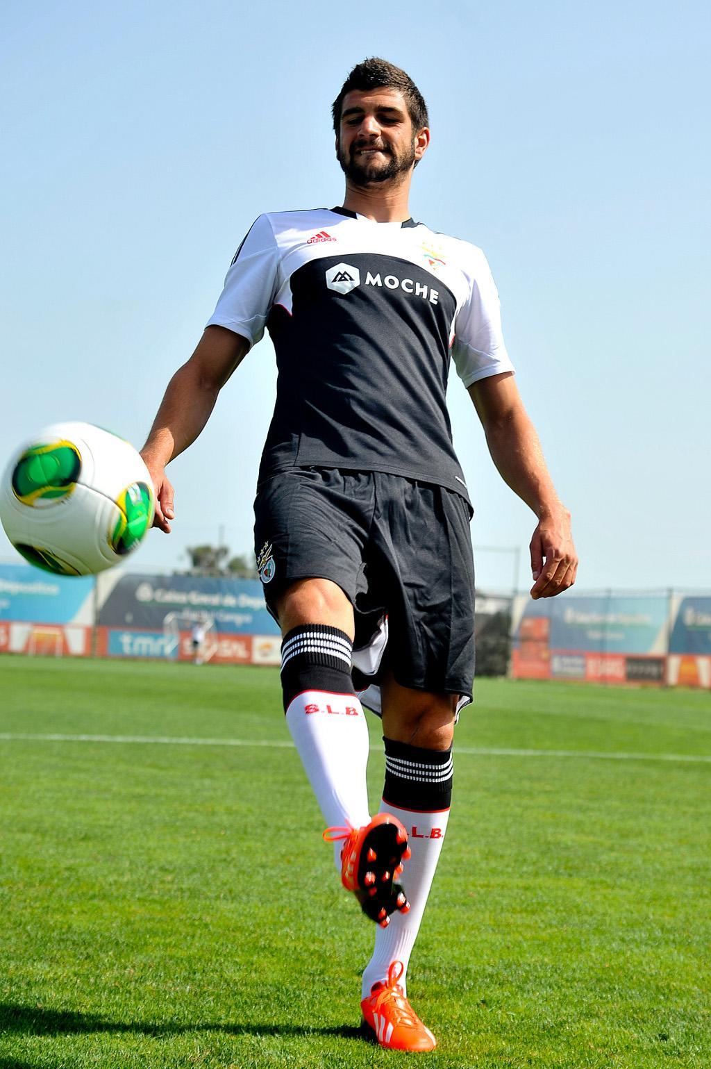 Gaitán e Mitrovic apresentam equipamento alternativo do Benfica (Lusa)
