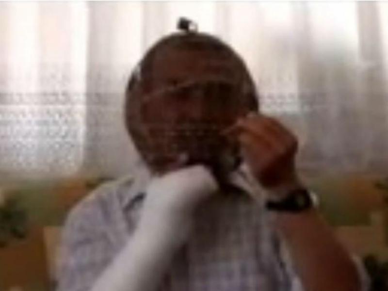 Homem cobre a cabeça com armação para não fumar