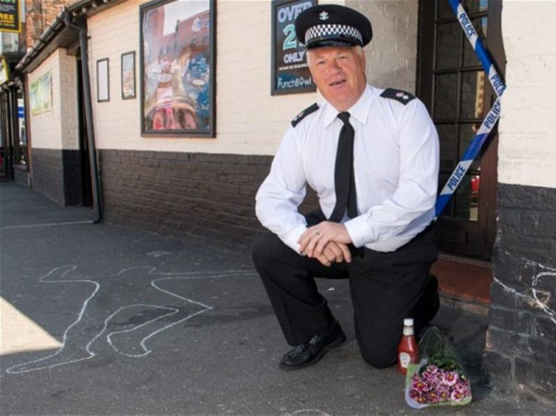 Falsa cena de crime em festa de aposentação de polícia (The Telegraph)