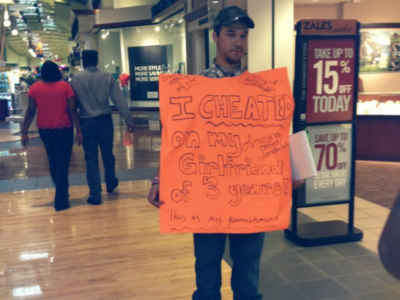 Homem com cartaz por ter traído namorada (Reprodução/Reddit.com)