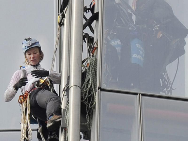 Pelo Ártico, ativistas do Greenpeace escalam edifício mais alto da Europa (EPA/ANDY RAIN)