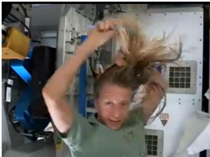 Astronauta lava o cabelo no espaço (Reprodução/Youtube)