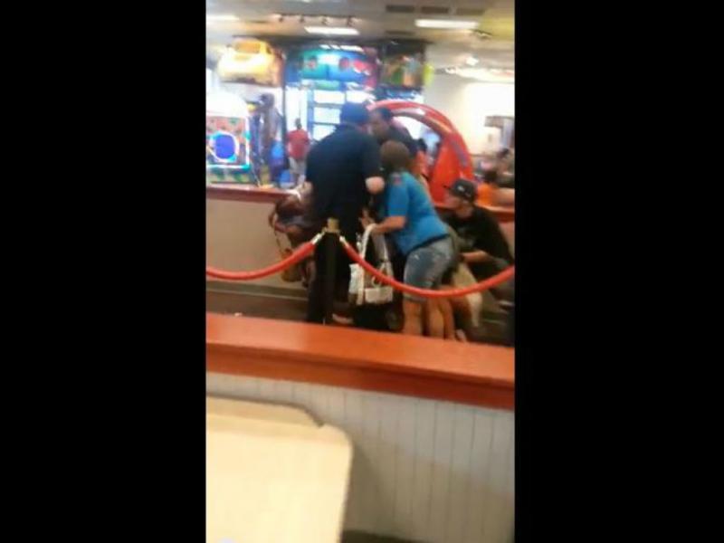 Mulher briga com bebé ao colo (Youtube/Reprodução)