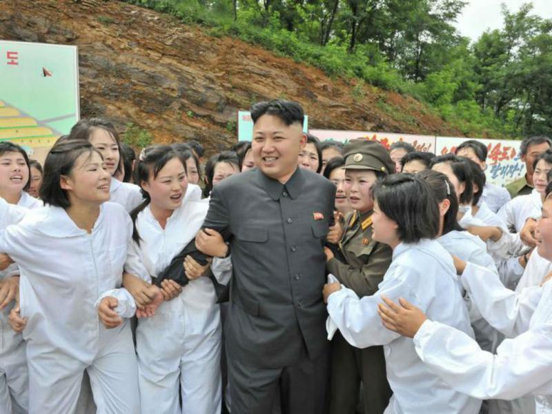 Kim Jong Un satisfeito com cogumelos que viu numa quinta que visitou (REUTERS/KCNA )