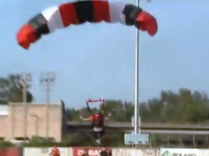 Paraquedista atinge jogador de beisebol