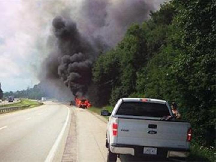 Jogador salva família de carro em chamas  (Foto: Reprodução)