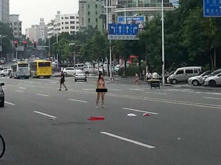 Casal discute e acaba sem roupa numa avenida da China