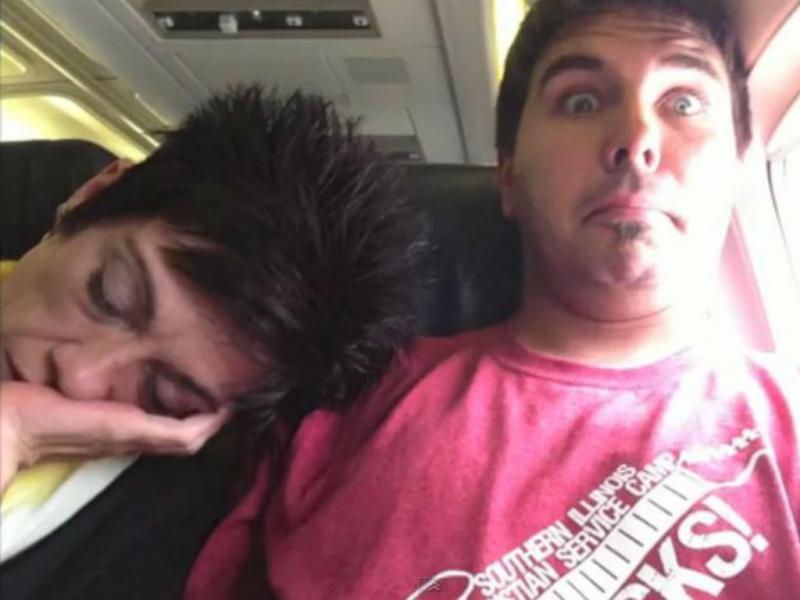 Esta mulher adormeceu no ombro do passageiro do lado (Reprodução/Youtube)