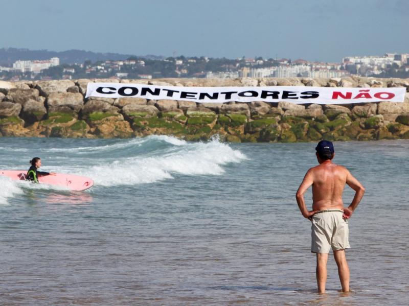 Surfistas manifestam-se contra terminal na Trafaria (LUSA)