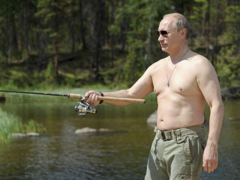 Vladimir Putin pesca e beija peixe (Reuters)