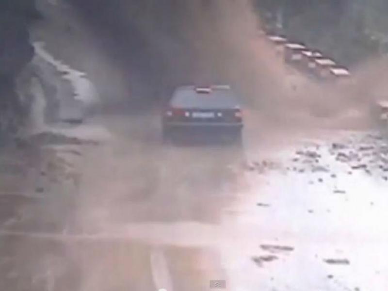 Derrocada sobre carro na China (Reprodução/Youtube)