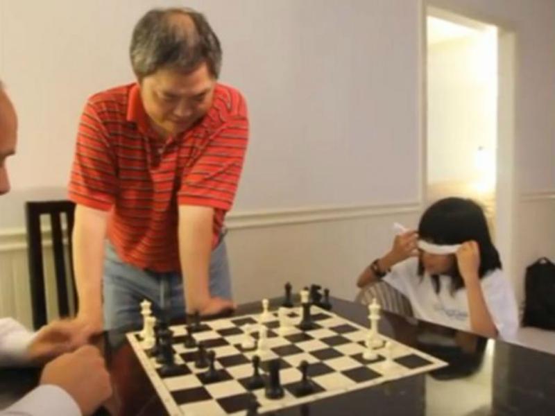Chinesa de nove anos joga xadrez sem olhar (Youtube/Reprodução)