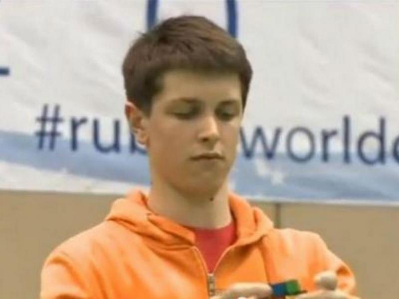 Feliks Zemdegs resolve cubo de Rubik em 7.36 segundos