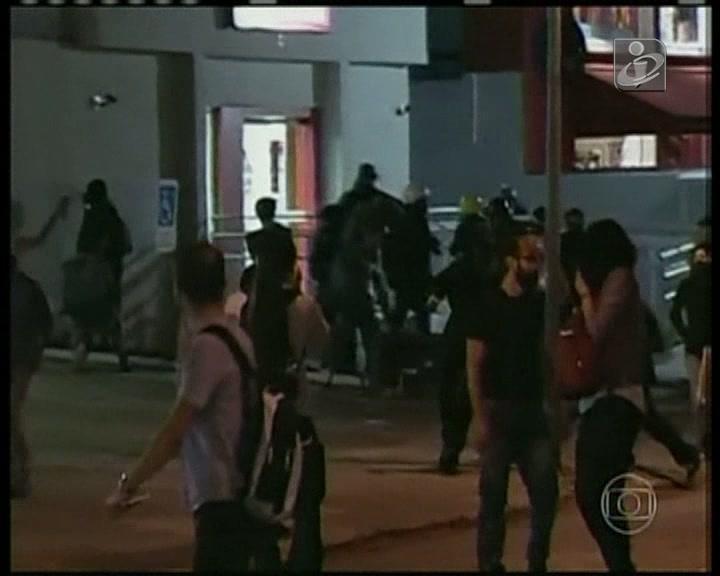 Noite de confrontos entre a polícia e manifestantes resultou em 20 detenções