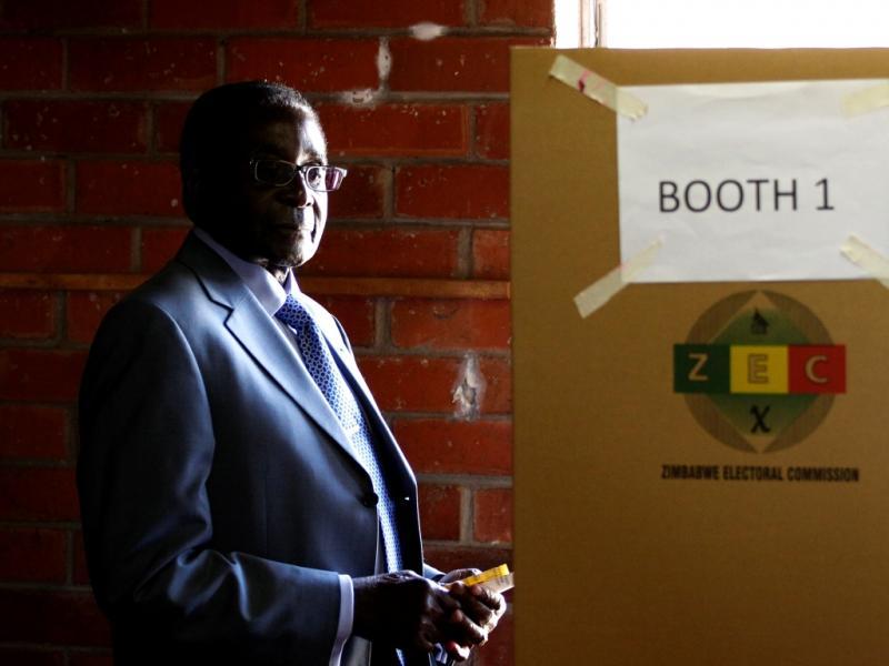 O atual presidente do Zimbábue, Robert Mugabe, antes de ir entregar o seu voto (Reuters)
