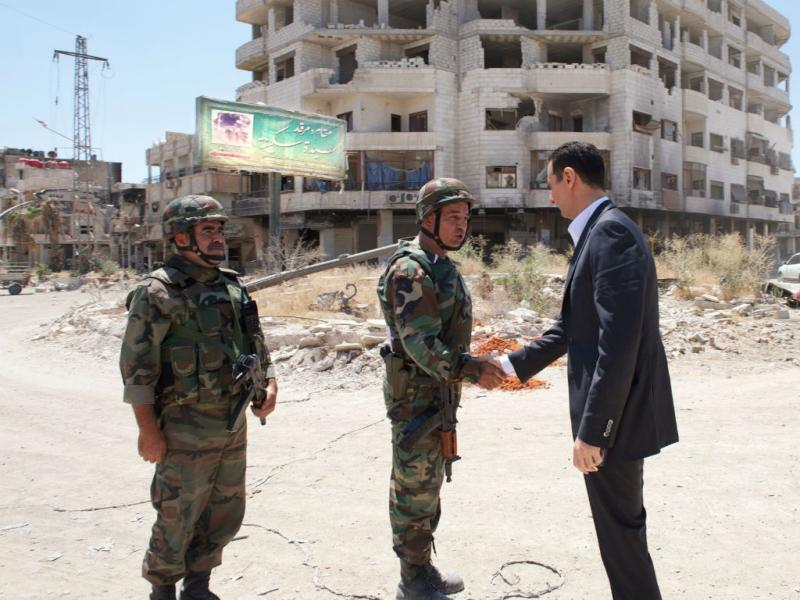 Presidente sírio Bashar al-Assad visita as tropas (Reuters)