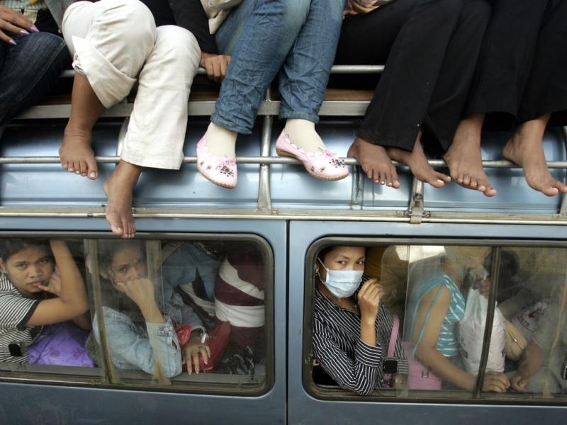 Autocarro cheio no Cambodja (Reuters)
