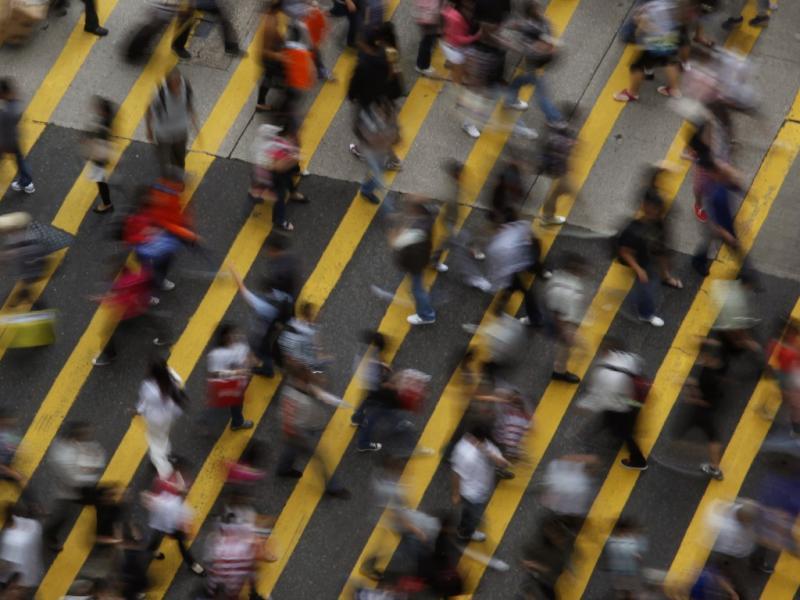 Peões atravessa rua em Hong Kong, na China (Reuters)