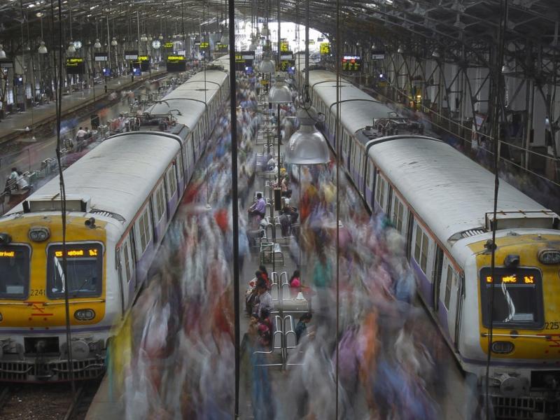 A estação de comboios de Mumbai, cidade indiana com mais de 12 milhões de pessoas (Reuters)