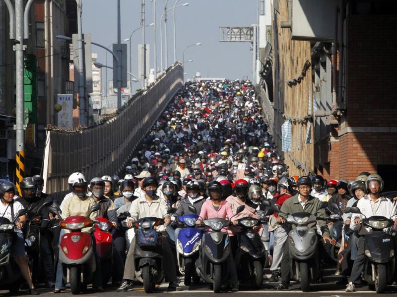 Motociclistas em Taipei, Taiwan, à espera do sinal verde (Reuters)