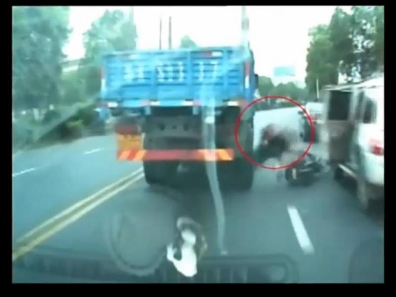 Ciclista escapa por milímetros a ficar debaixo de camião