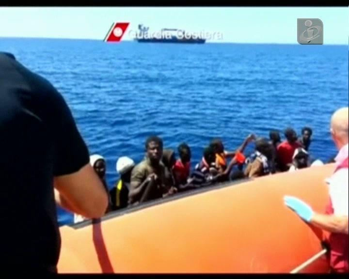 Emigrantes clandestinos resgatados em Itália