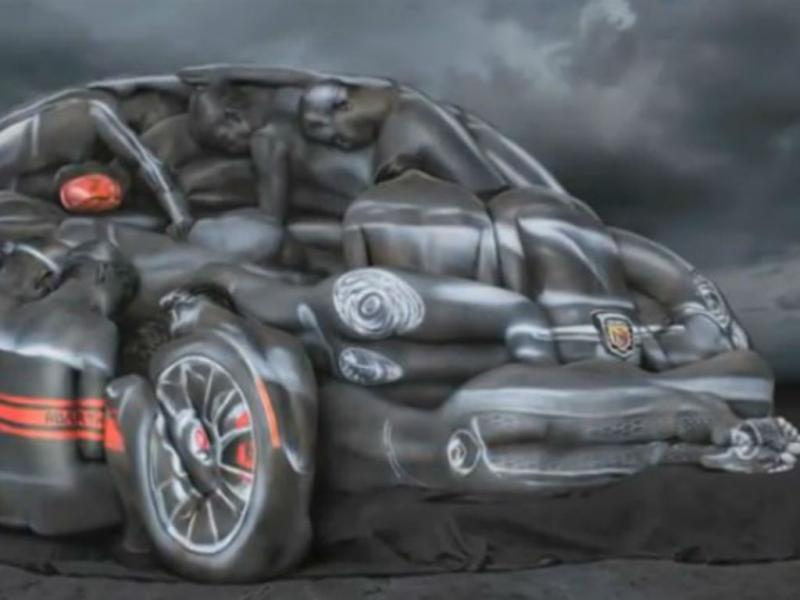 Artista americano «recria» carro com modelos nuas pintadas