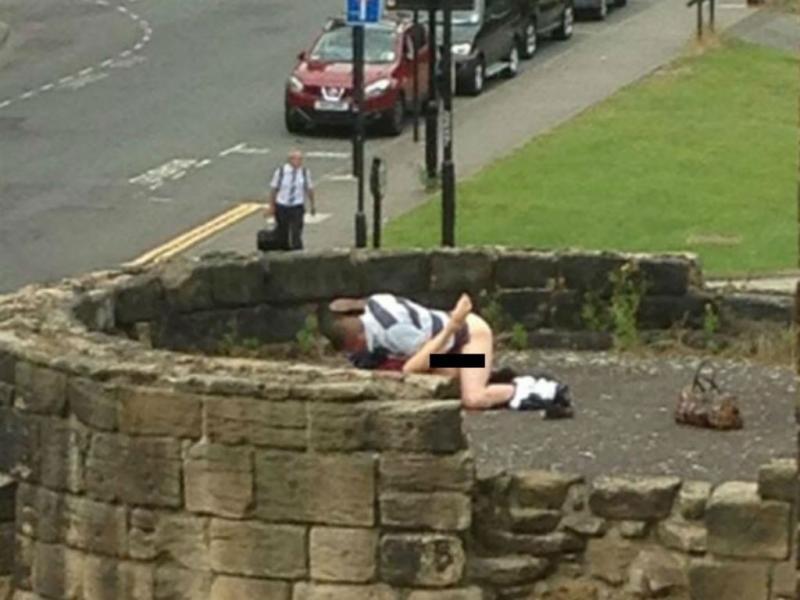 Casal fotografado a fazer sexo nas antigas muralhas de Newcastle Foto: Twitter