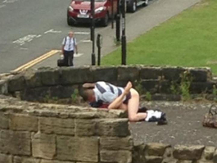 Casal fotografado a fazer sexo numa muralha (Reprodução/Twitter/Simon Gallagher)