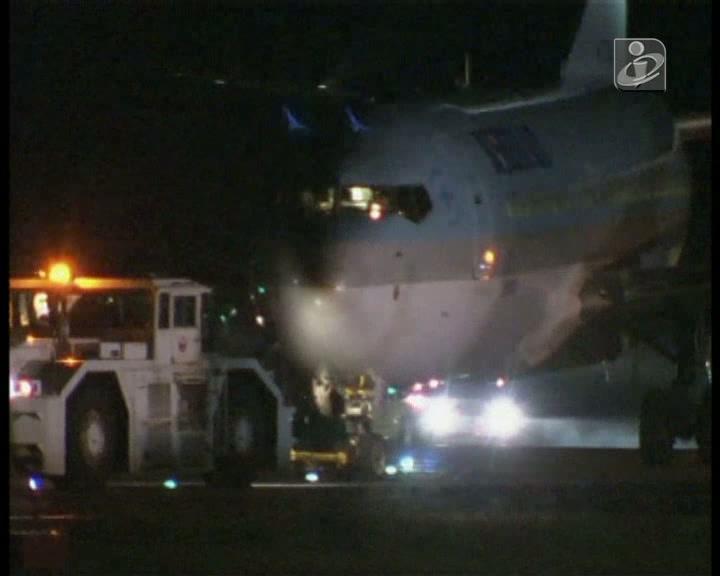 Avião falha pista ao aterrar e só para na relva