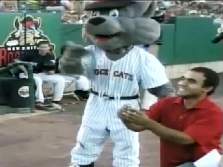 Pedido de casamento falhado durante um jogo de beisebol (Reprodução/YouTube/Jeff Kellog)