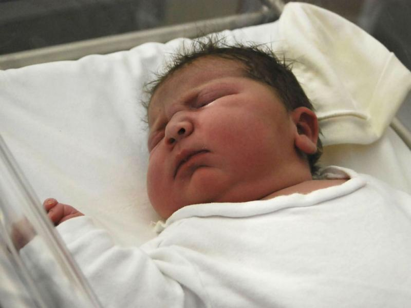 Bebé com 6,200kg nasce de parto natural em Espanha [EPA/MARINA SALUD HOSPITAL]