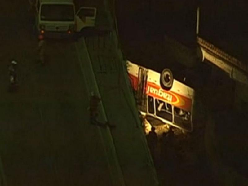 Rio de Janeiro: autocarro cai de viaduto [Reprodução/TV]