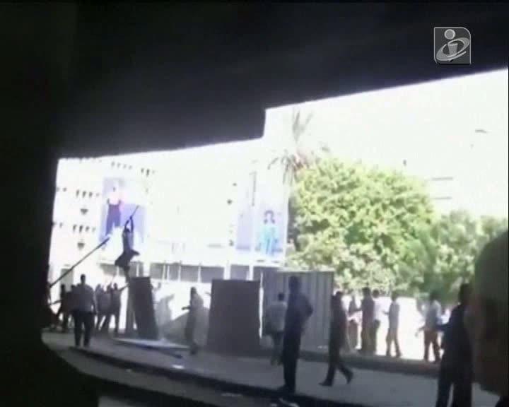 Vídeo mostra egípcios a saltar de uma ponte para fugir aos tiros