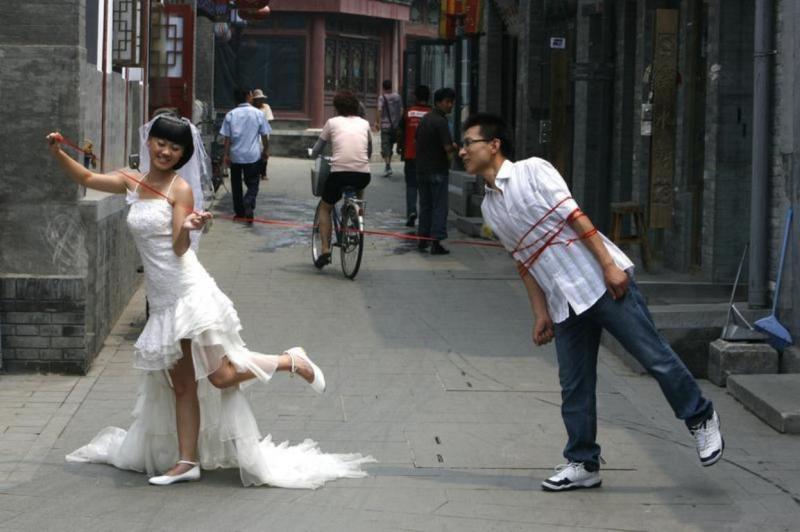 Noivos numa rua de Pequim, China