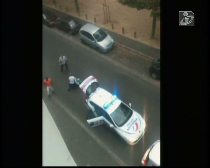 Polícia agride mulher durante detenção