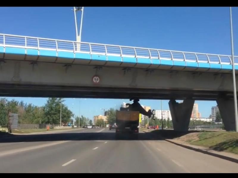 Motorista destrói estátua ao chocar com viaduto